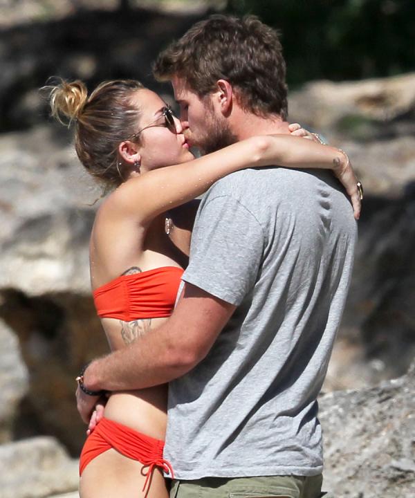011117 hot couple kisses 15