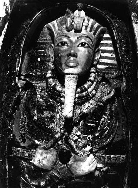tutankhamuns mask burton photograph p0744 1922