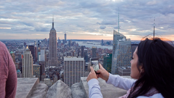 new york tourist woman taking picture observation deck empire state building nj1wuz14 f0000