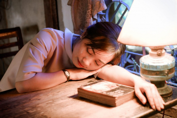 book girl indoors 1294284 1024x683