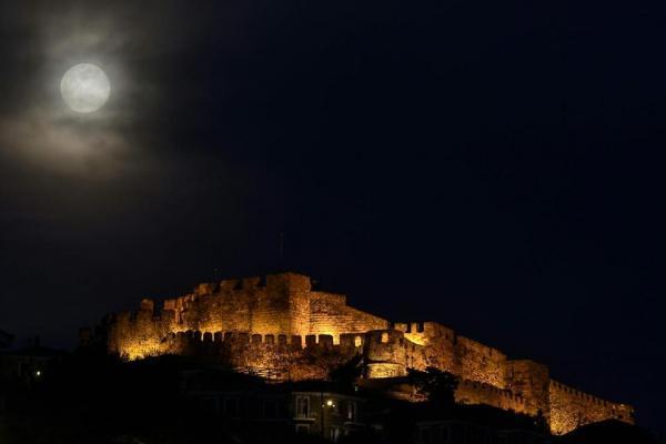 Siêu Mặt Trăng thường diễn ra nhiều lần trong năm, nhưng Siêu Trăng vào đúng ngày Xuân phân thường hiếm xuất hiện. Lần trước chúng ta chứng kiến sự kiện này là vào năm 2000 và lần tiếp theo sẽ là vào năm 2030. Trong ảnh là Siêu Trăng Xuân phân treo cao bên trên tòa lâu đài cổ Mithymna Molyvos ở đảo Lesbos của Hy Lạp. Ảnh: Aris Messinis/AFP.