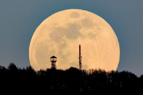 Một trong những kỹ thuật chụp ảnh Mặt Trăng được yêu thích là đứng từ xa và phóng to lên. Hình ảnh sau khi phóng to sẽ tạo hiệu ứng khiến Mặt Trăng trông to hơn rất nhiều. Ảnh chụp tại Budapest, Hungary bởi Peter Komka/MTI/AP.
