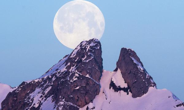 Cao hơn cả đỉnh núi Les Jumelles ở Plambuit, Thụy Sĩ là Mặt Trăng tròn vành vạnh. Ảnh: Anthony Anex, EPA-EFE.