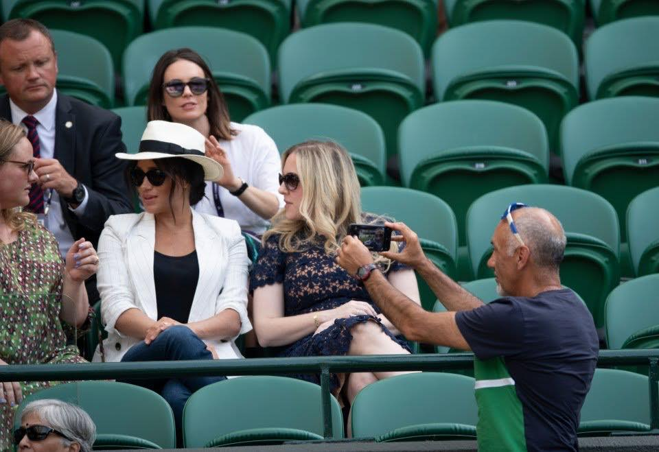 Vệ sĩ của Meghan Markle ngăn không cho fan chụp ảnh nhưng hóa ra chỉ là đang selfie