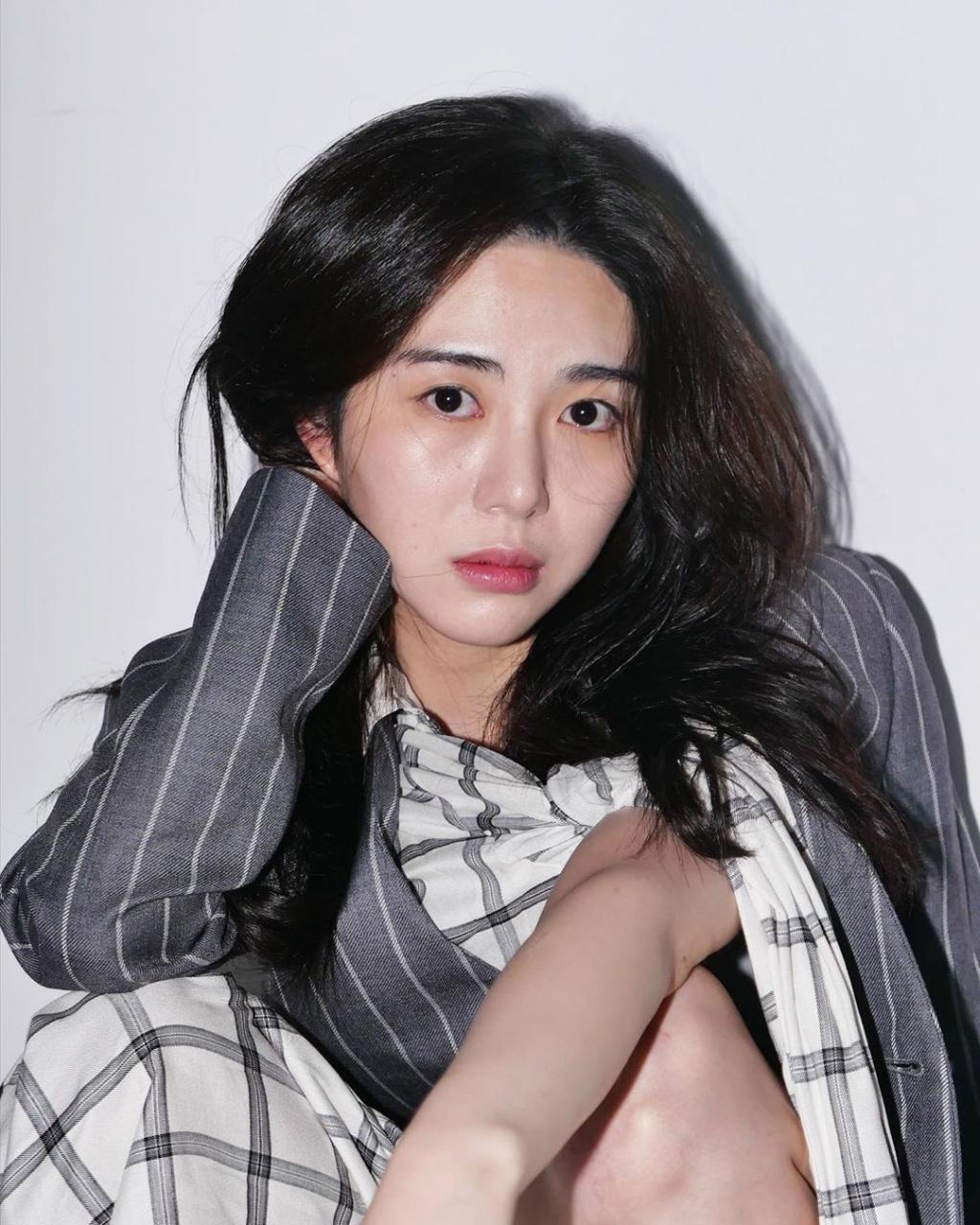 Mina (AOA) tiếp tục cắt cổ tay vì phẫn nộ trước thái độ của công ...