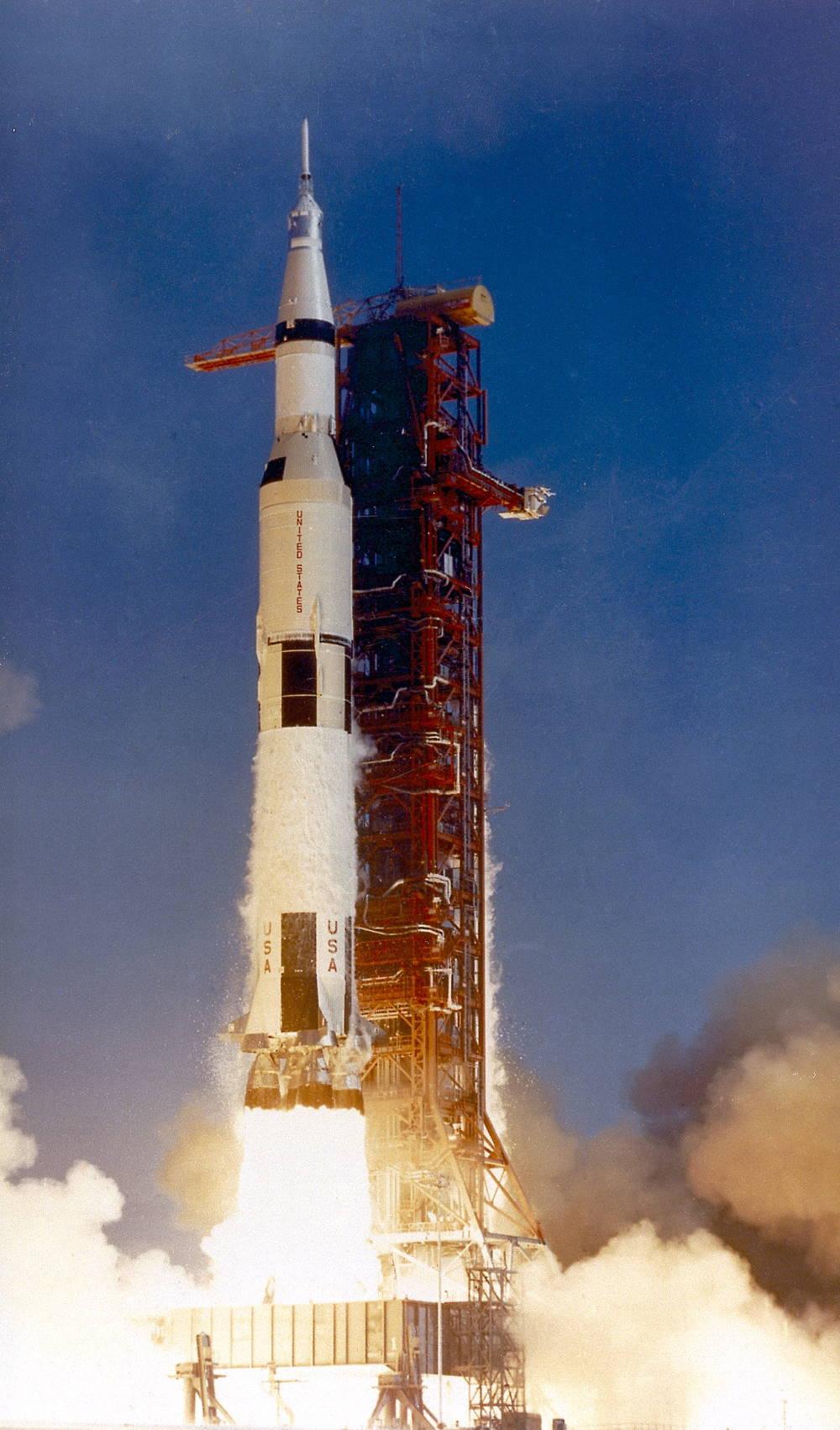 Sứ mệnh Apollo 11 được phóng lên không gian bởi tên lửa Saturn V từ Trung tâm Không gian Kennedy, Florida. Chiếc tên lửa này cao 110 mét - cao hơn cả tượng Nữ thần Tự do ở New York. Khi được đổ đầy nhiên liệu, hỏa tiễn sẽ nặng hơn 2.800 tấn.