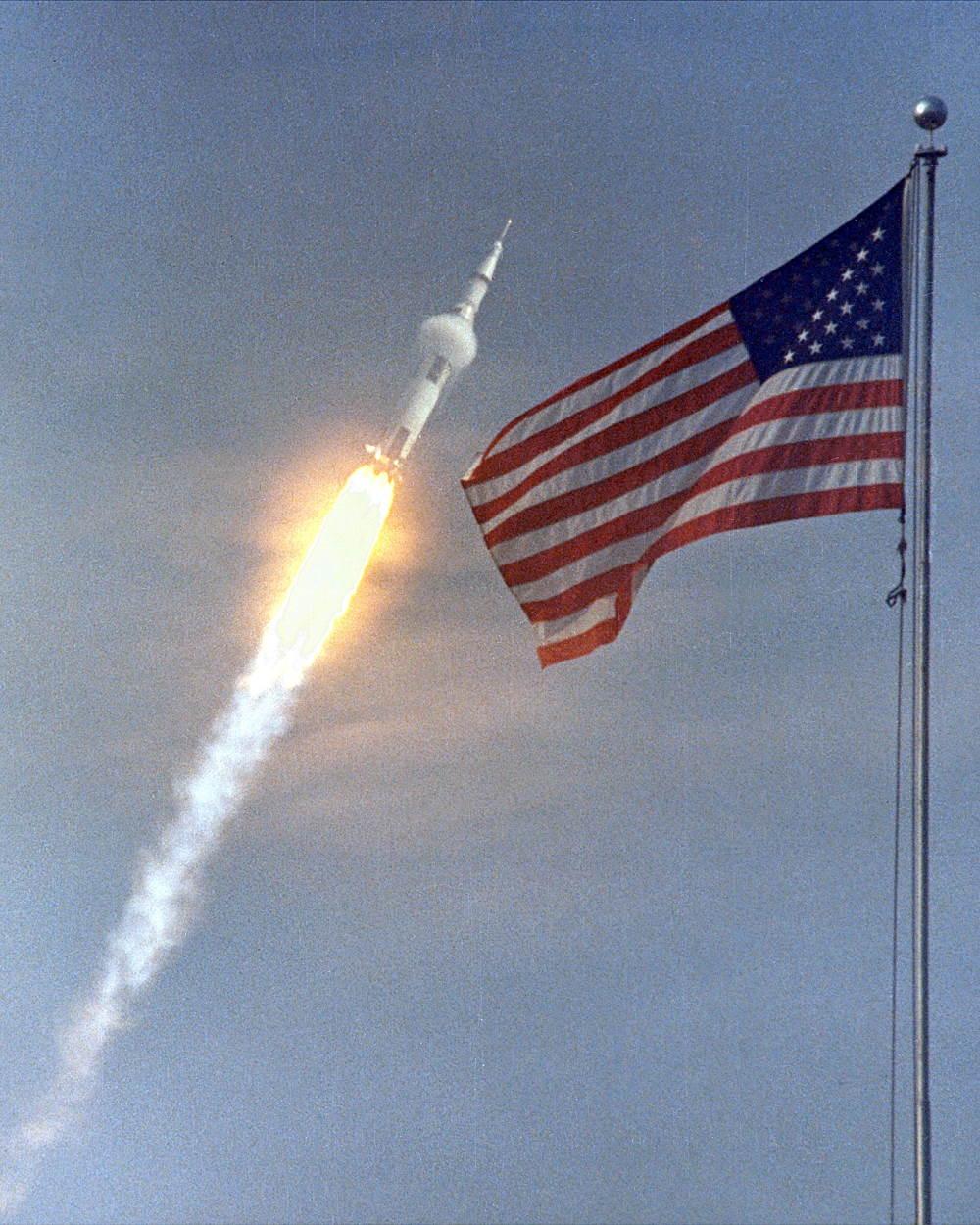 Saturn V chính thức cất cánh vào 16/07/2019, nó tạo ra lực đẩy gần 3.500 tấn, mang theo 3 phi hành gia của sứ mệnh Apollo 11 và nhiều trang thiết bị phục vụ mục đích nghiên cứu khoa học.