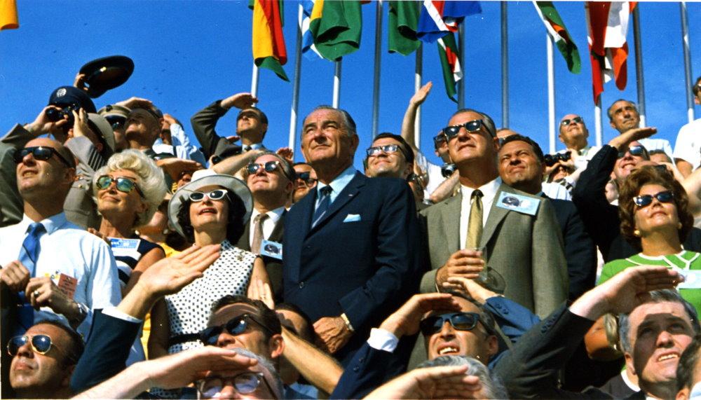 Tổng thống Lyndon B. Johnson và Phó Tổng thống Spiro Agnew quan sát buổi phóng tên lửa Apollo 11 tại Trung tâm Không gian Kennedy, bang Florida, Mỹ.