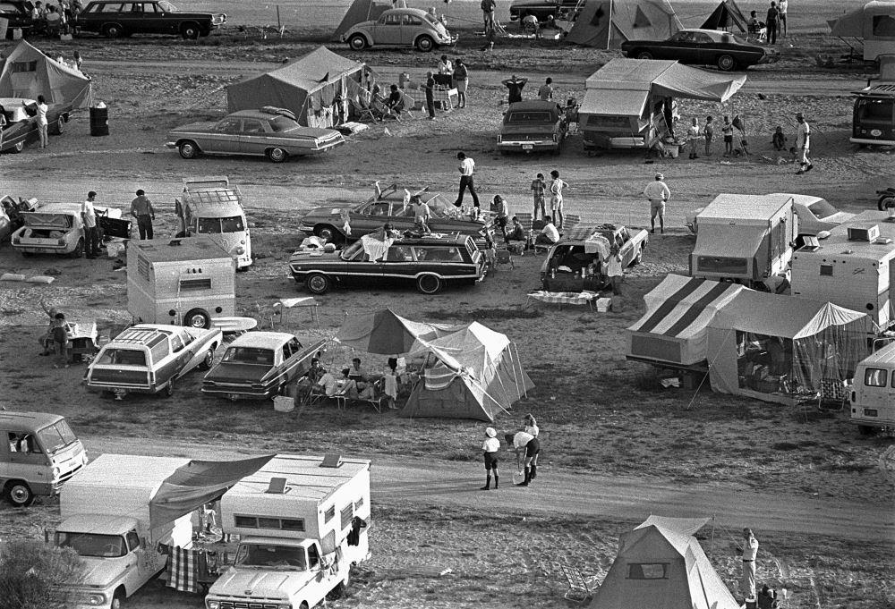 Hàng ngàn người đã đến các khu đất trống quanh bãi phóng để cắm trại nhằm được theo dõi trực tiếp buổi phóng tên lửa.