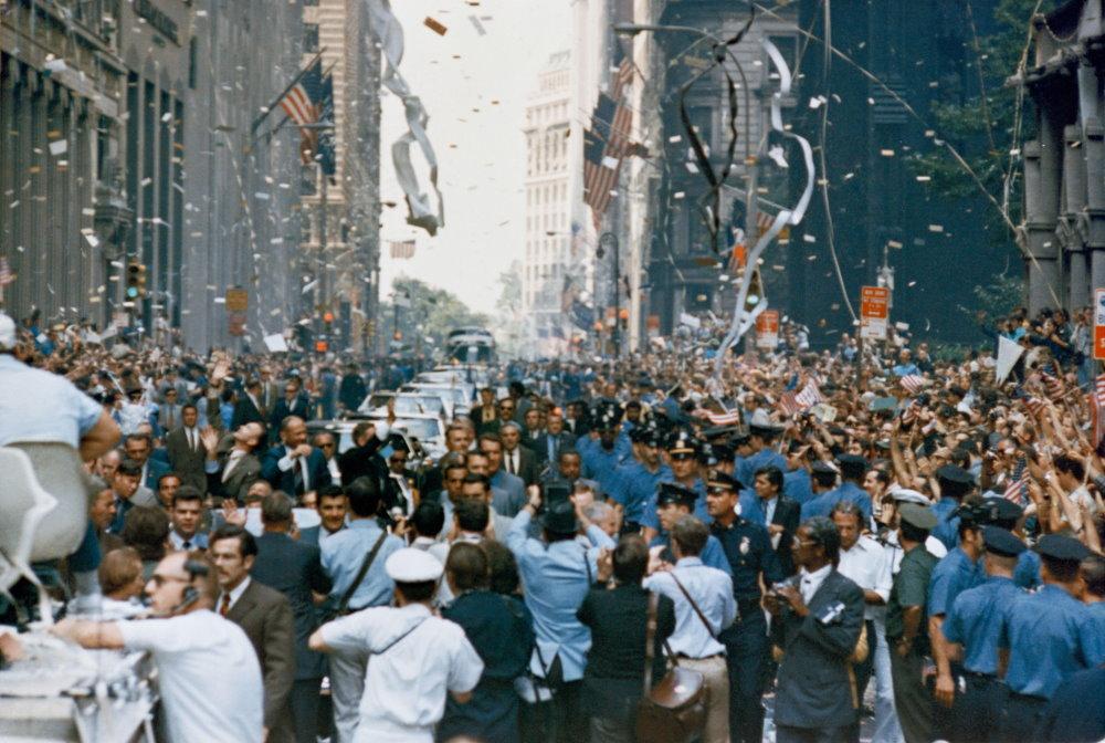 Trước đó, ba phi hành gia của sứ mệnh là Neil Armstrong, Buzz Aldrin và Michael Collins đã được người dân thành phố New York chào đón trong một sự kiện đường phố được tổ chức ở các tuyến phố chính của thành phố như Broadway, Park Avenue.