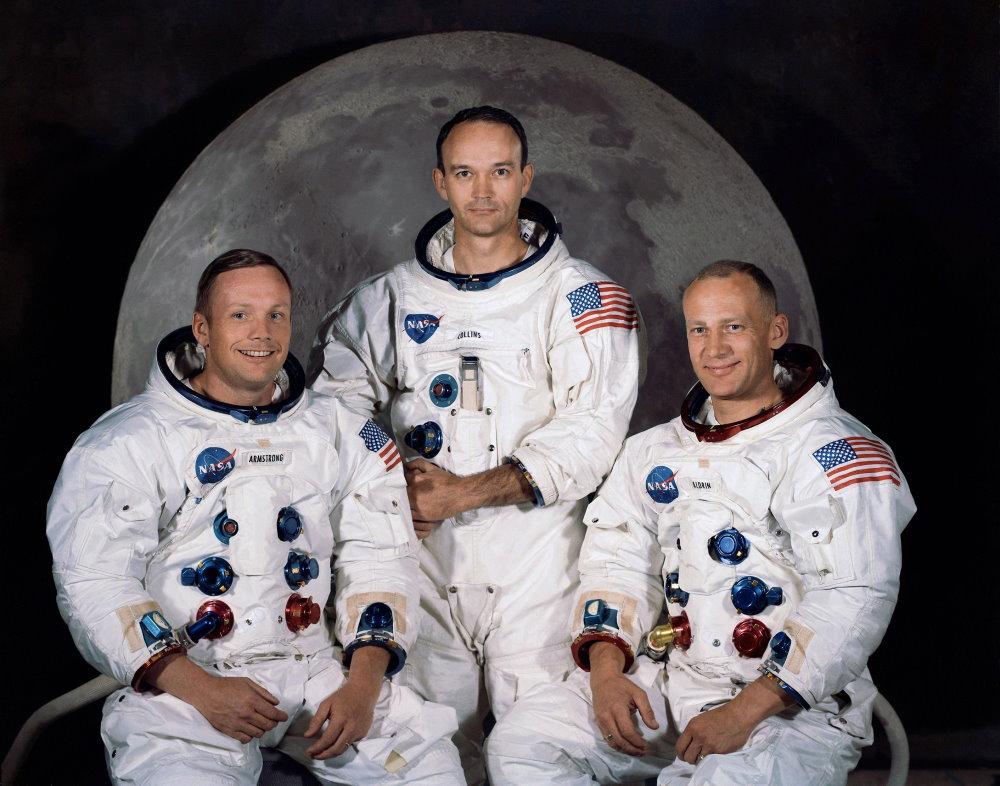 Ba phi hành gia của sứ mệnh Apollo 11, từ trái sang gồm: Neil Alden Armstrong, Michael Collins và Edwin Buzz Aldrin. Trong đó, Armstrong là người đầu tiên đặt chân lên Mặt Trăng, người thứ hai là Aldrin và Collins ở lại tàu chứ không rời đi.