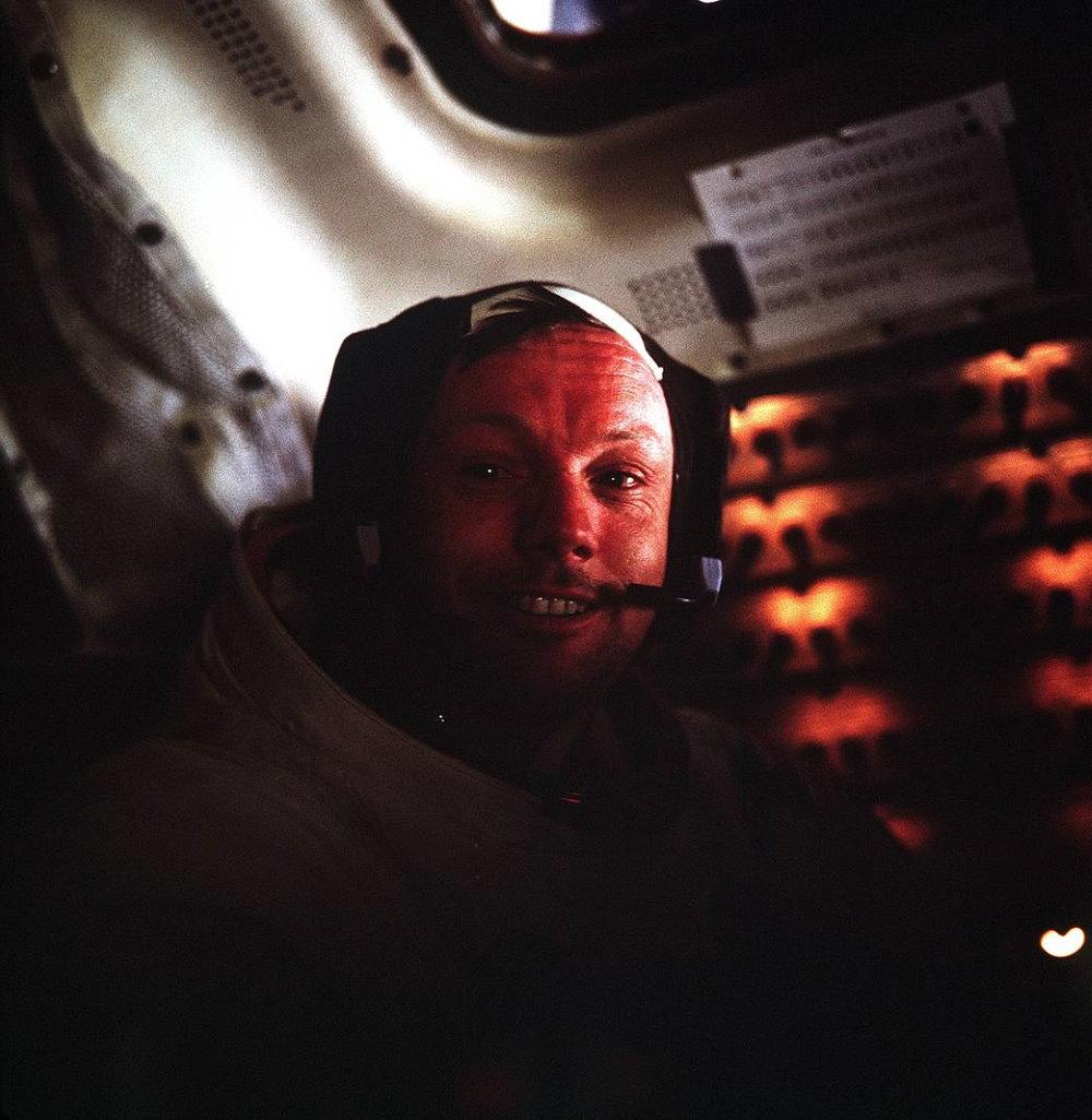 Neil Armstrong và bức ảnh tự chụp khi ông rời khỏi tàu mẹ và ngồi trong tàu đổ bộ để đáp xuống bề mặt Mặt Trăng. Ông sinh ra ở Ohio vào 05/08/1930 và qua đời ở quê nhà vào 25/08/2012.