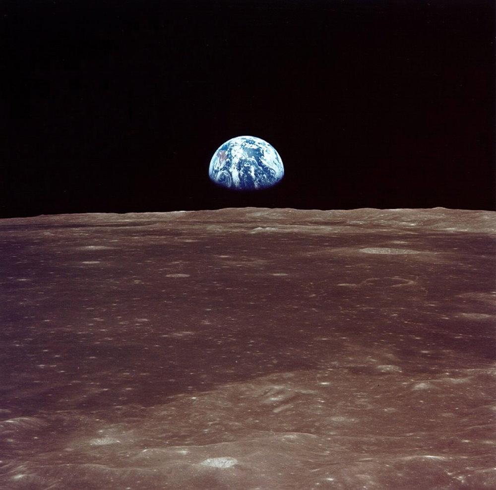 Bức ảnh chụp lại cảnh Trái Đất đang mọc lên từ chân trời của Mặt Trăng bởi các phi hành gia trong tàu đổ bộ Eagle khi họ vừa hạ cánh xuống bề mặt Mặt Trăng.