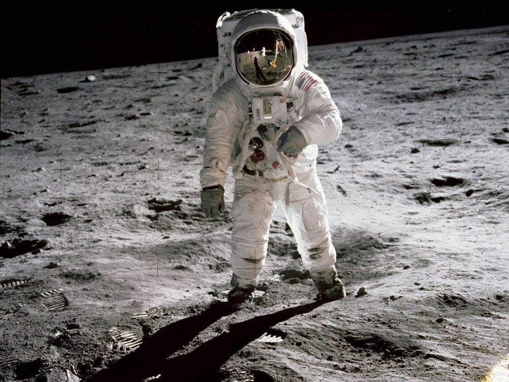 Phi hành gia Edwin Buzz Aldrin bước đi trên Mặt Trăng. Hình ảnh được chụp bởi Neil Armstrong.
