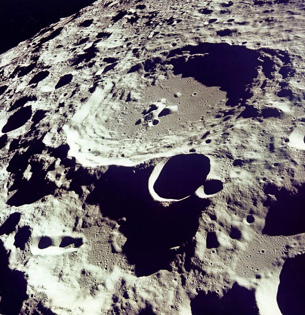 Miệng hố 308 trên bề mặt Mặt Trăng được chụp từ quỹ đạo.