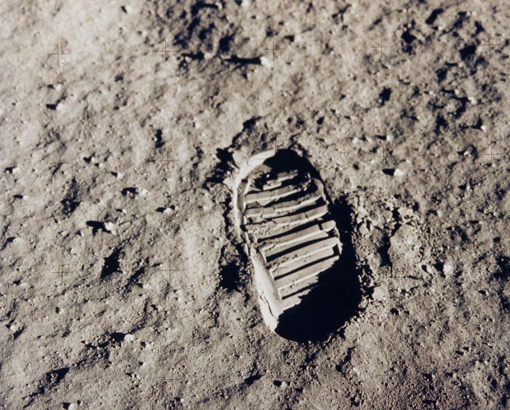 Dấu chân của phi hành gia Edwin Buzz Aldrin in trên mặt đất của Mặt Trăng và hiện vẫn còn lưu giữ vì trên Mặt Trăng không có gió gây hiện tượng xói mòn.