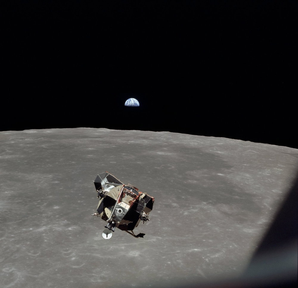 Tàu đổ bộ Eagle chở Armstrong và Aldrin đang sắp hạ cánh xuống Mặt Trăng được chụp từ tàu mẹ Columbia bởi Collins.