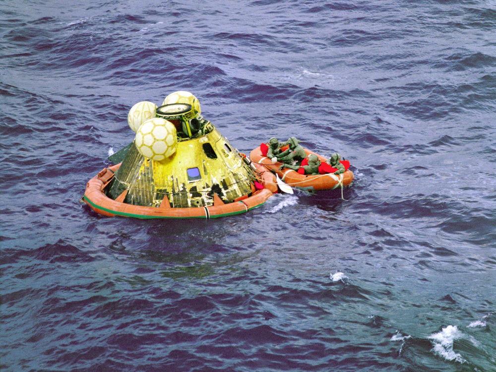 Sau khi hoàn thành xong nhiệm vụ, cả ba phi hành gia trở về Trái Đất bằng một thiết bị đổ bộ khác và rơi thẳng xuống Thái Bình Dương. Tại đây, Hải quân Mỹ sẽ đưa tàu đến để khử trùng và chở họ về đất liền.