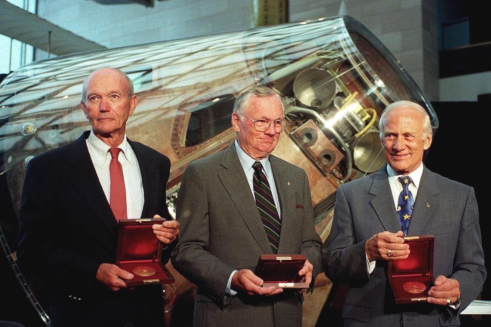 Phi hành đoàn chuyến bay Apollo 11 từ trái sang gồm Michael Collins, Neil Armstrong và Buzz Aldrin nhận huy chương Samuel P. Langley tại Bảo tàng Hàng không và Không gian Quốc gia ở Washington nhân kỷ niệm 30 năm của sứ mệnh lịch sử.