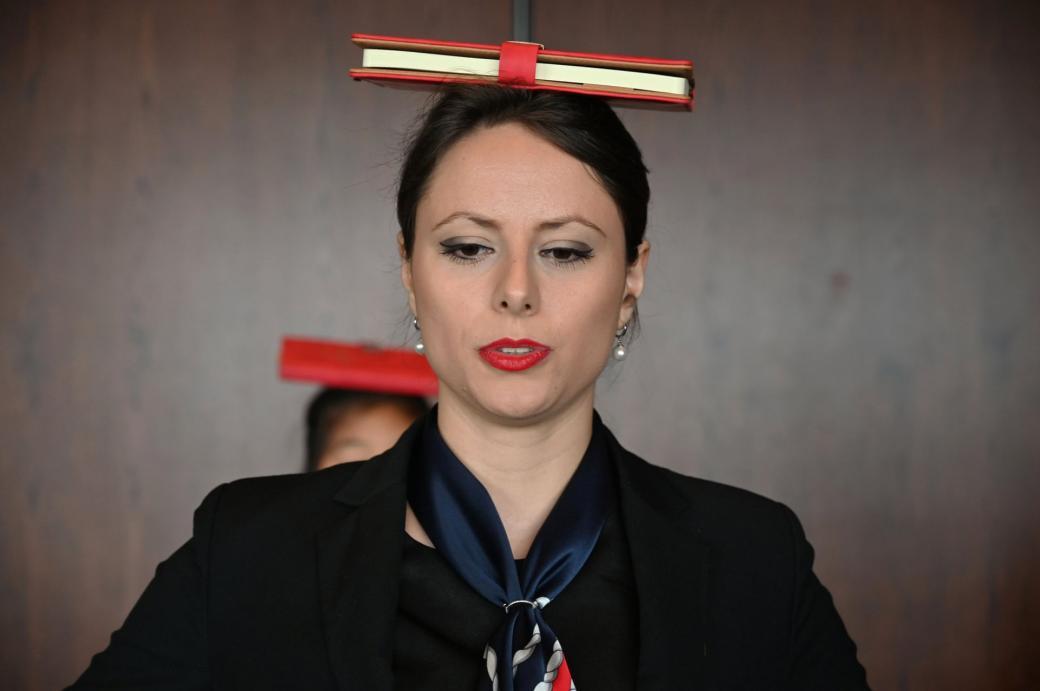 Miona Milakov cho biết khi đi đứng nhẹ nhàng và lịch sự là khi cuốn sách đặt trên đầu không bị rơi xuống.