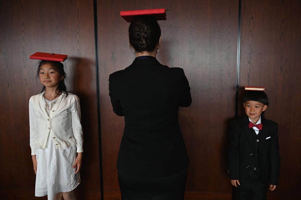 Phụ huynh của các em mong muốn con cái của mình học được cách cư xử lịch thiệp nhằm tiếp xúc với các gia đình trung lưu khác trong bối cảnh tầng lớp này đang tăng lên nhanh chóng ở Trung Quốc.
