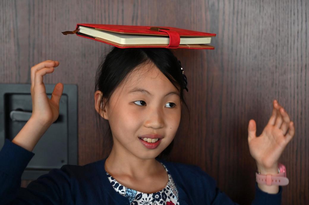 """Danielle Liu đang tập trung để hoàn thành bài tập. Mẹ của Danielle là Liyan Cheng hay tên tiếng Anh bà tự gọi bản thân là Shirley, muốn con gái của bà phải """"hoàn hảo"""" không chỉ về cách cư xử mà còn trong học tập và thể thao."""