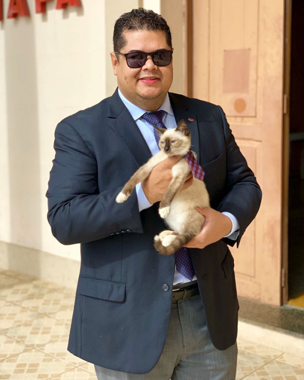 homeless cat hired employee dr leon advogato 13 5d88a9b5f217c 700